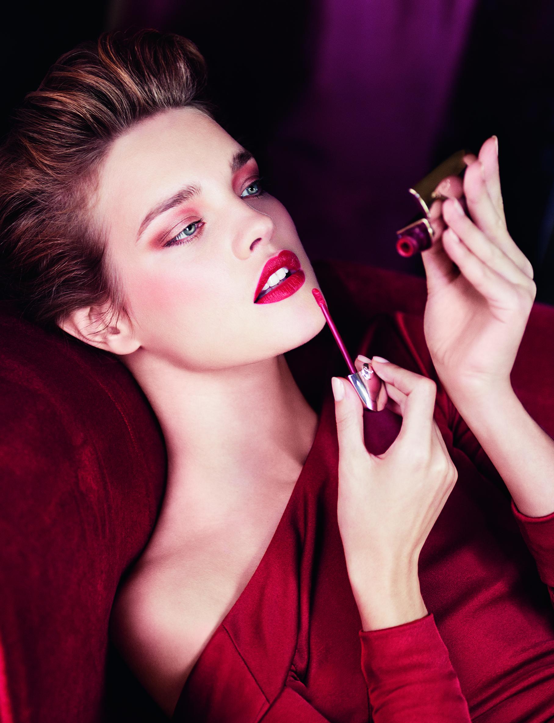 макияж к красному платью фото блондинки